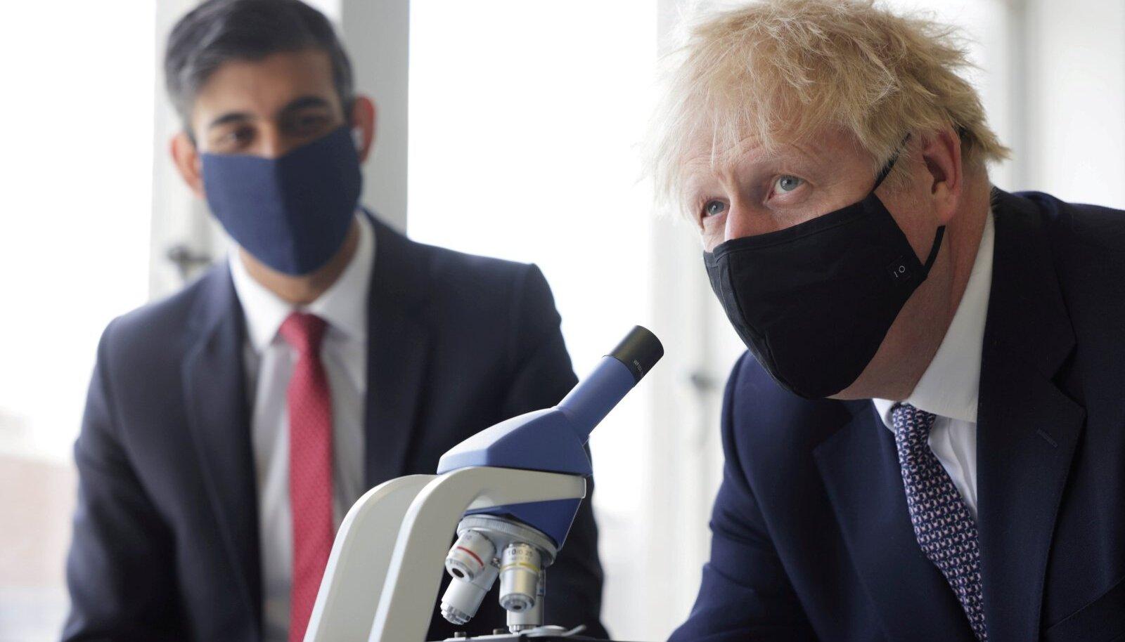 Ühendkuningriigi peaminister Boris Johnson, taustal rahandusminister Rishi Sunak