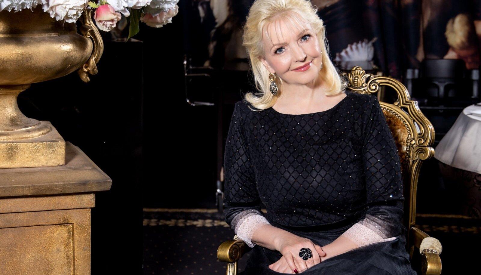 OSTAB KAKS PAARI Marju Länik hindab kõrgmoodi ja armastab muu seas moekunstnik Maria Tammeoru loomingut. Tihti ostab Marju rõivaid ja ka jalanõusid kaks paari, sest need meeldivad talle väga.