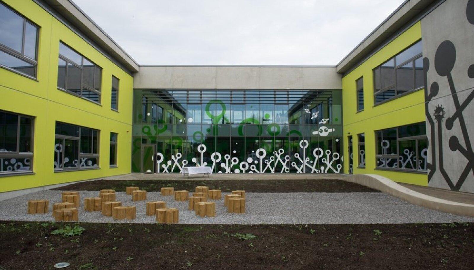 Täna avati Viimsis vastvalminud Randvere Kool, mis hakkab 1. septembrist teenindama peamiselt Leppneeme, Tammneeme, Randvere, Metsakasti, Äigrumäe, Laiaküla ja Muuga küla lapsi.  Koolis on kohti ligi 450 õpilasele kolmes paralleelis I kuni VI klassini.