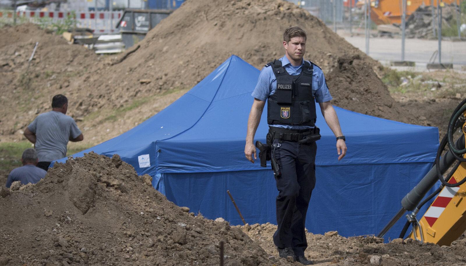 Ehitustööde käigus leitud 1,4 tonni kaaluvale pommile püstitati ümber sinine telk
