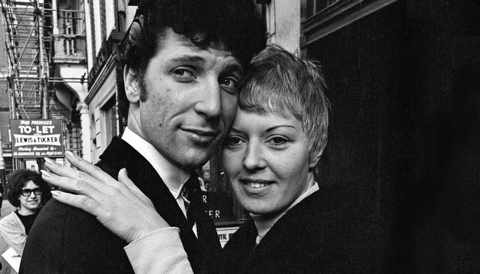Tom Jones koos abikaasa Melindaga Londoni tänavamelus 1965. aastal.