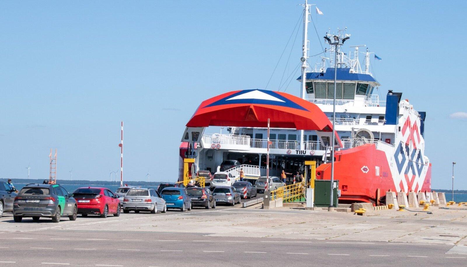 TS Laevade parvlaev Tiiu Kuivastu sadamas.