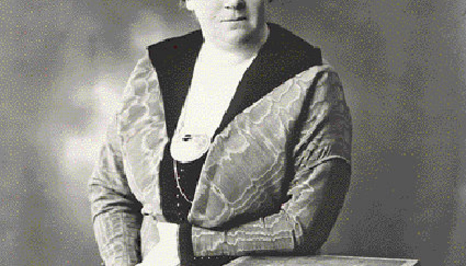 Mari Raamot oma elu kõige õnnelikemail aastail Sahkapuu kooli juhatajana umbes 1912. aastal
