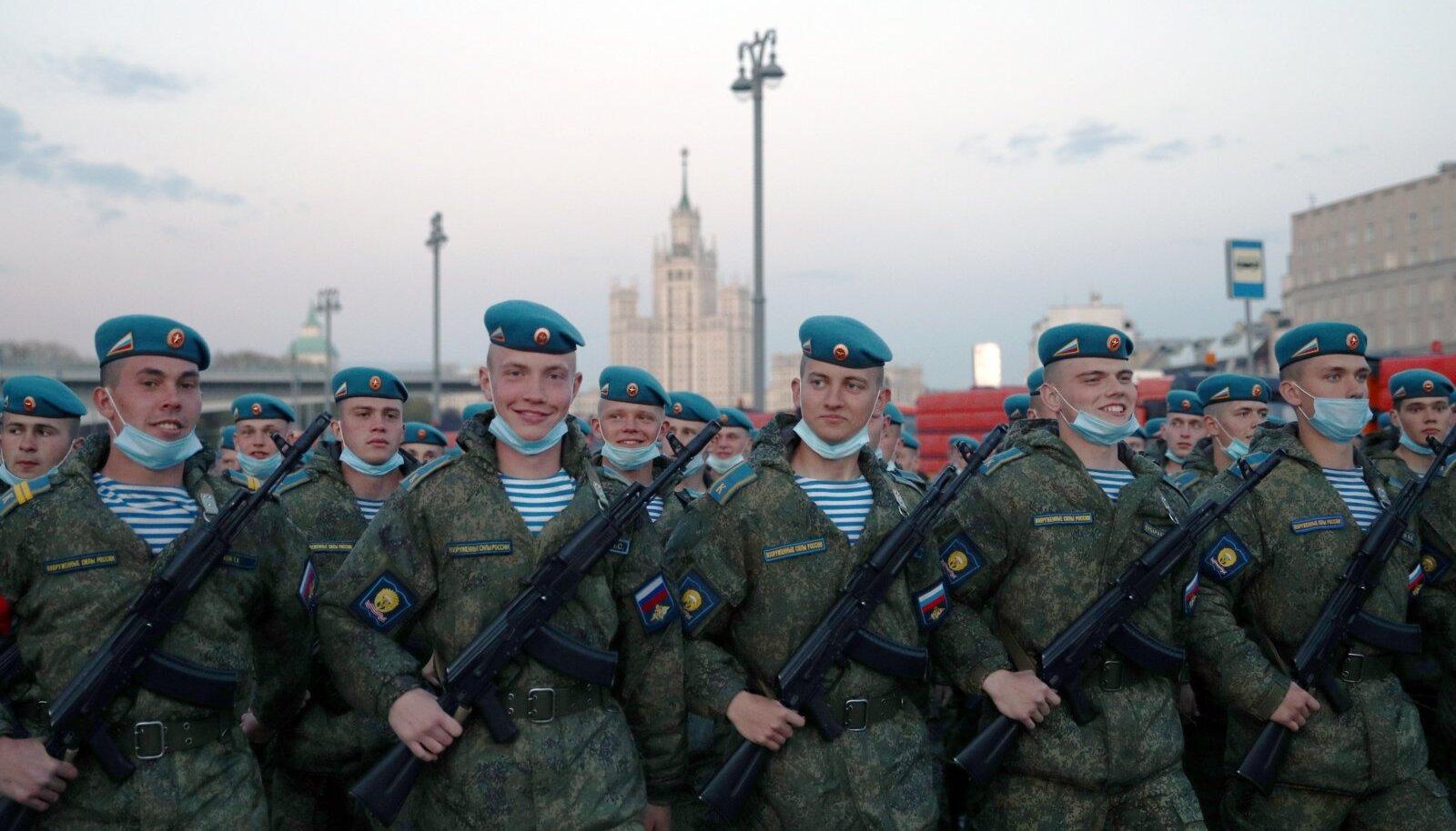 Moskva Punasel väljakul tehti juba aprilli lõpus võidupüha paraadi proove. Enamik venemaalasi soovib uskuda, et Venemaa on suurvõim, kes on nüüd põlvilt tõusnud ja end sirgu ajanud.