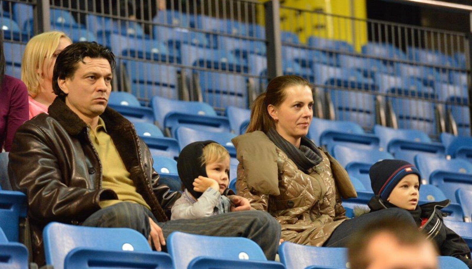 Jari Litmanen jälgib koos perega Tallinnas Kalev/Cramo korvpallimängu.