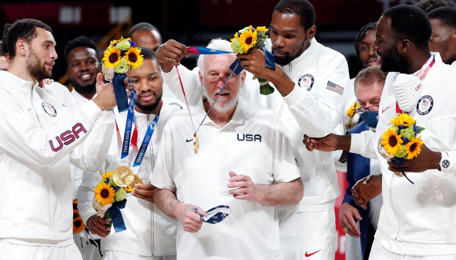 Südamlik hetk: Kevin Durant paneb oma kuldmedali peatreener Gregg Popovichi kaela.