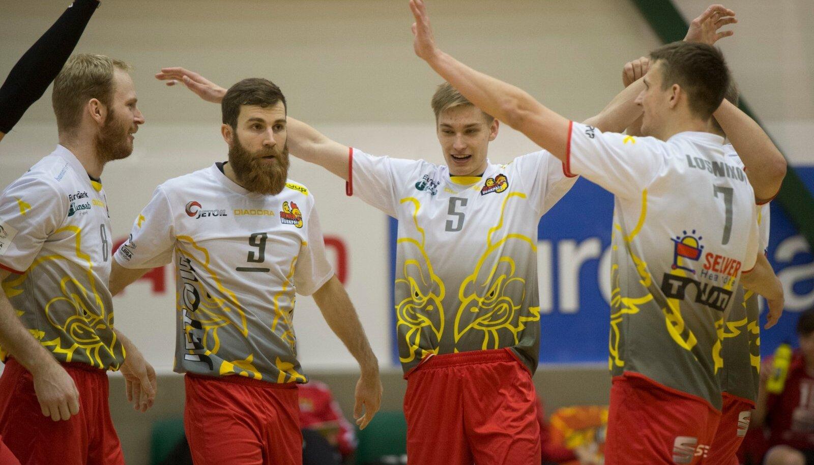 Andres Toobal (vasakult teine) Tallinna Selveri särgis.