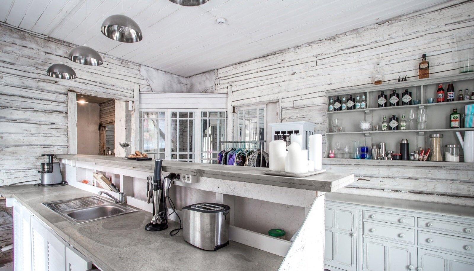 Köögi tööpinnad on valatud betoonist. Valgustid on Ergo teinud IKEA salatikaussidest.
