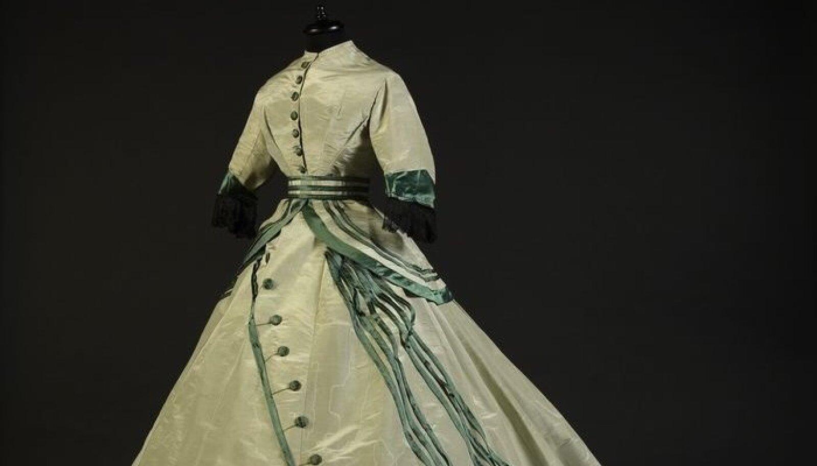 Seda rohekast taftist vedikuga kleiti kanti mõnesEuroopa peenes salongisumbes 1865. aastal.