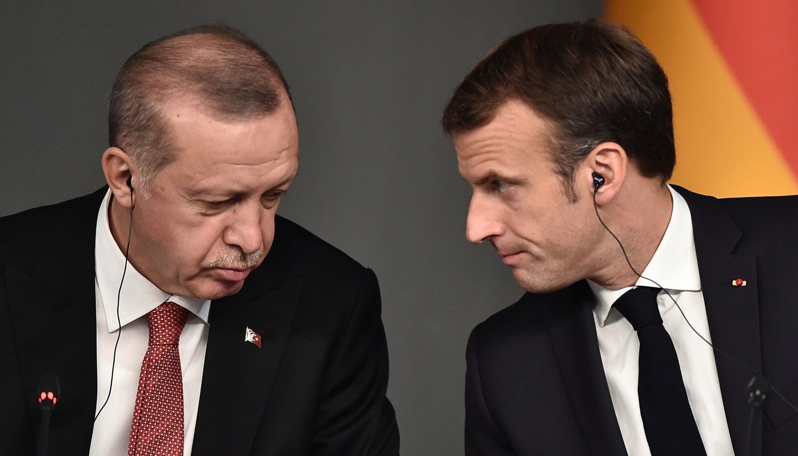 Türgi president Recep Tayyip Erdoğan (vasakul) ja Prantsusmaa president Emmanuel Macron on korduvalt kritiseerinud teineteise destabiliseerivat Liibüa-poliitikat.