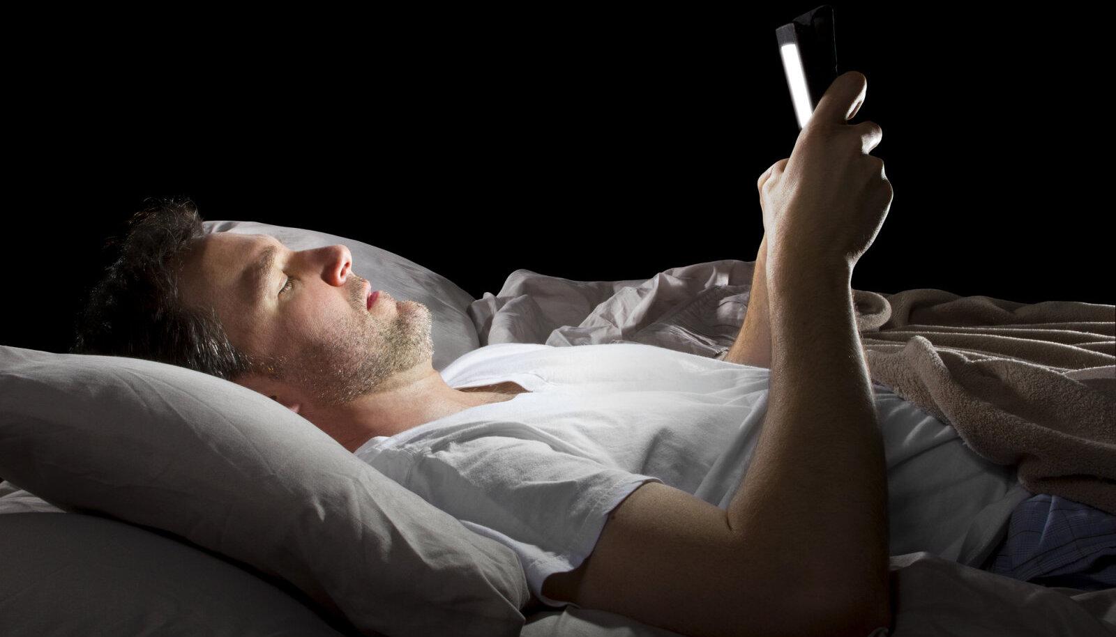 Nutitelefoni valgus võib häirida unetsüklit