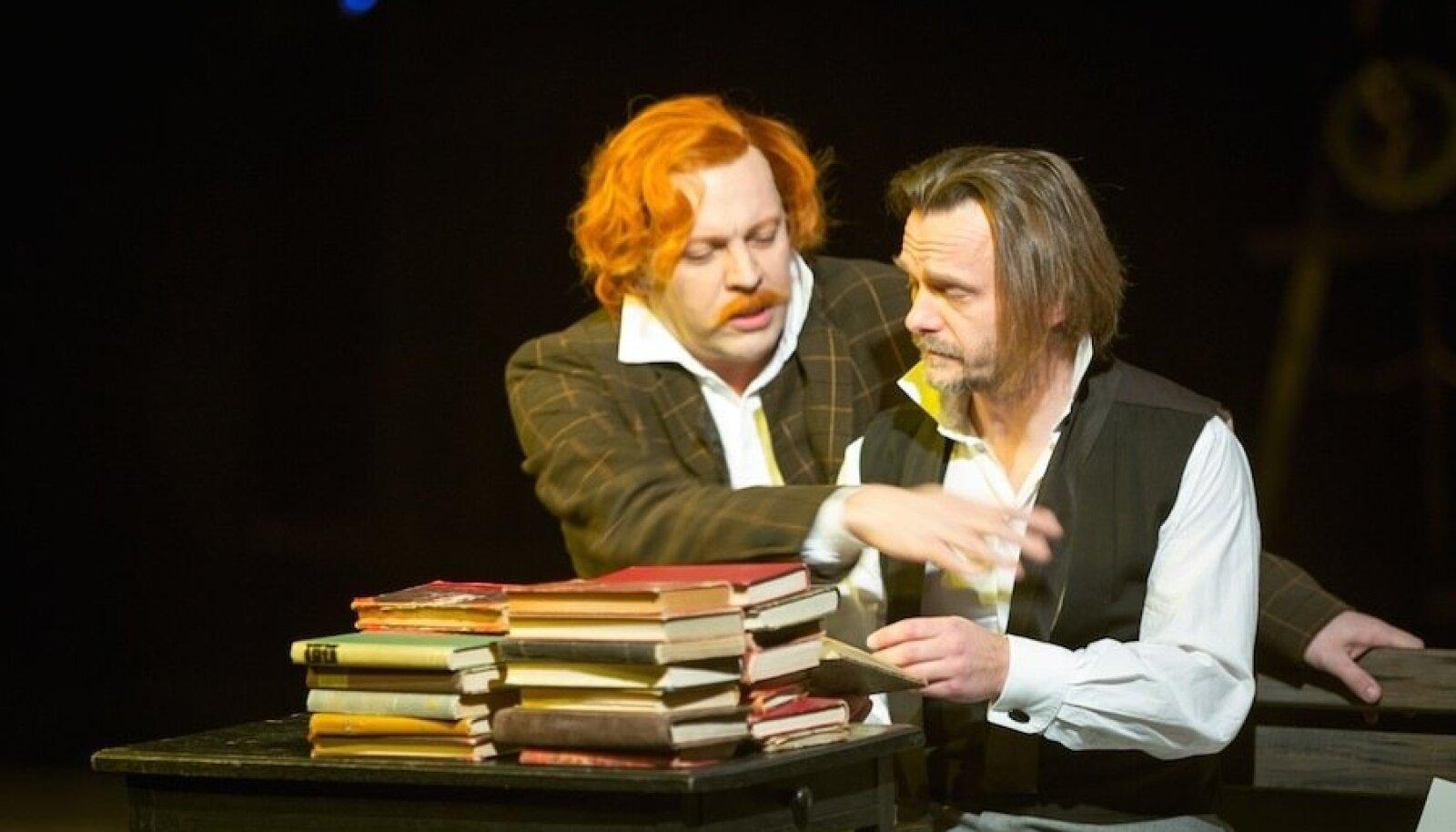"""Draamateatri """"Ivanov"""" kandideerib parima lavastuse tiitlile ja Borkinit mänginud Mait Malmsten (vasakul) parima kõrvalosatäitja auhinnale."""