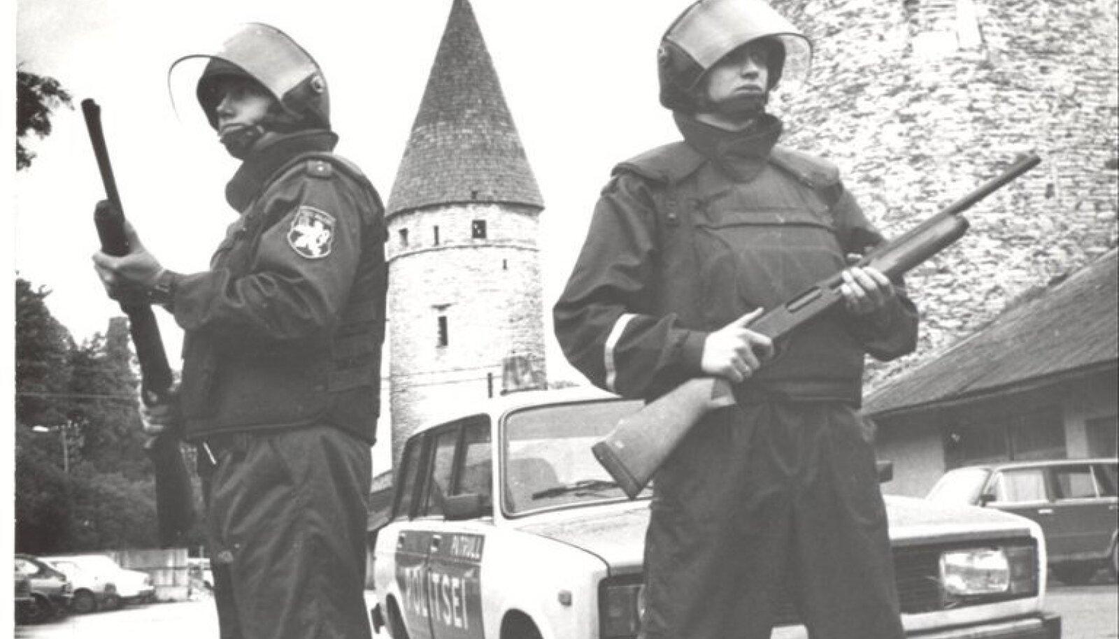 Eesti politsei taasloomisel 1991. aastal tehti politseinikele mõõtude järgi esimesed politseivormid.