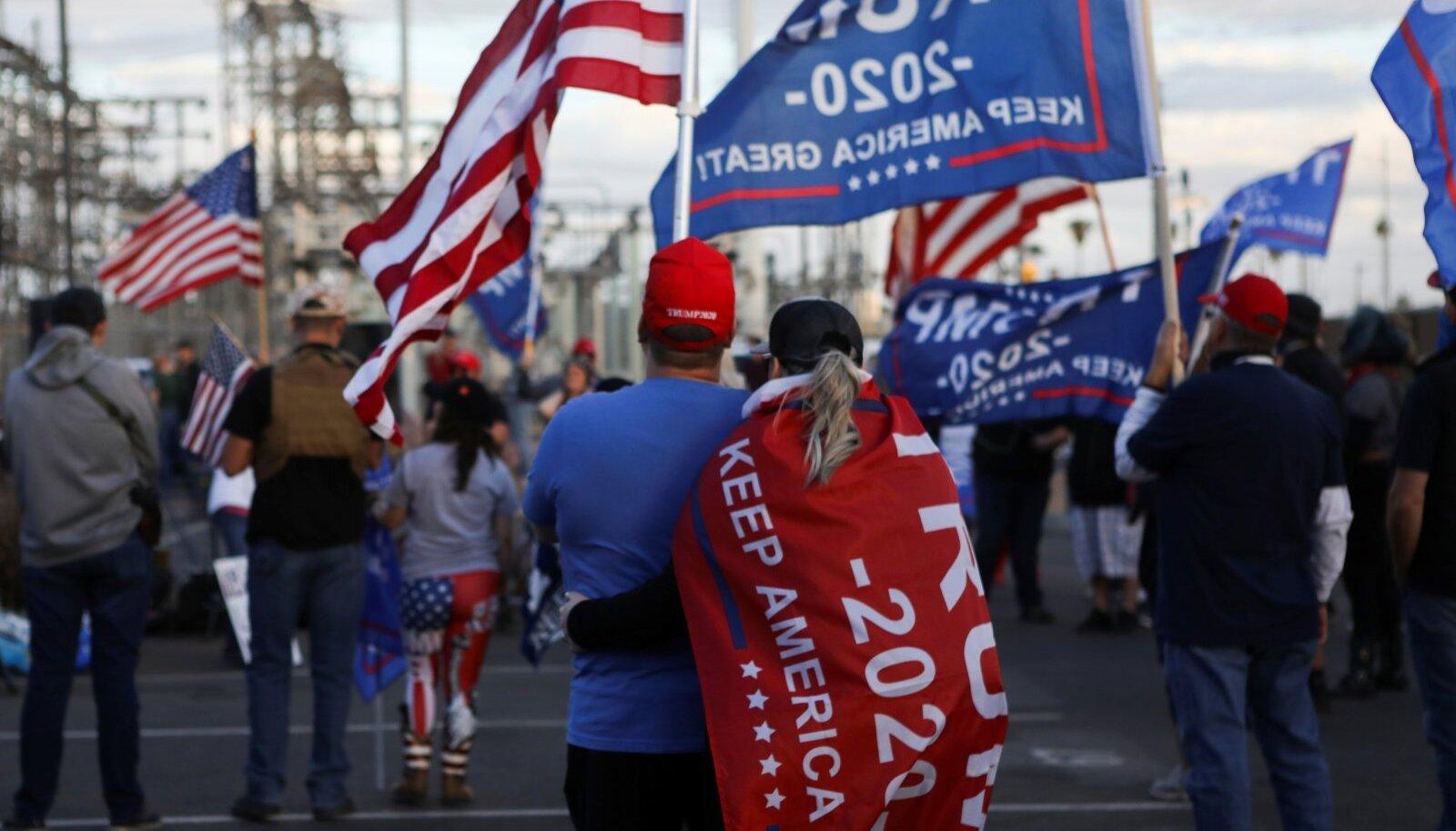 KAOTUSVALU: Donald Trumpi toetajad Phoenixis pärast Joe Bideni valimisvõidu väljakuulutamist.