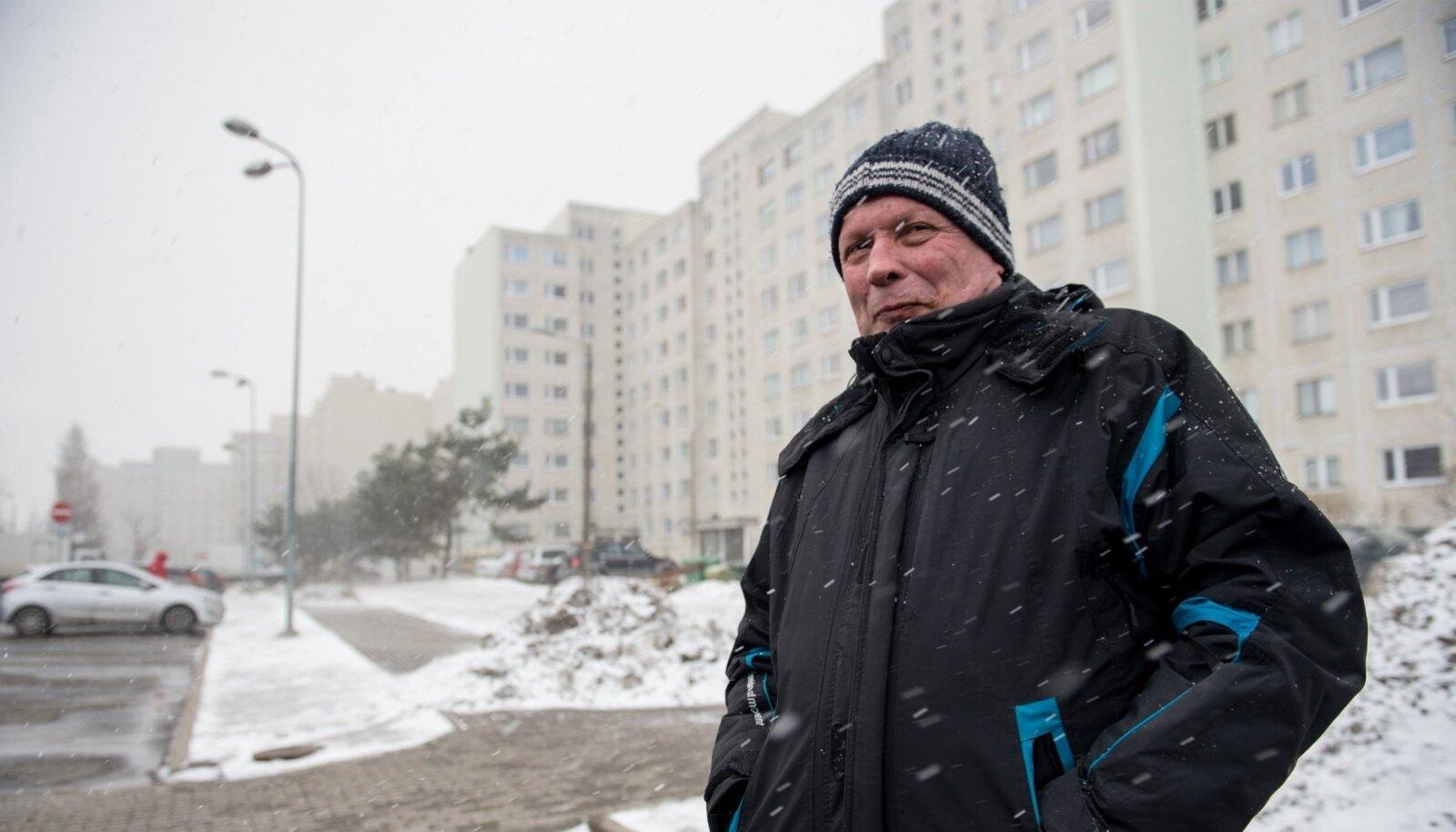 """1974. aastast Lasnamäel elav 60-aastane Sergei sõnab, et Ida-Lasnamäe puhul ei saa infosulust rääkida. """"Muidugi me vaatame uudiseid, me tahame teada, mis Eestis toimub,"""" ütleb ta, kuid tõdeb, et uudised ei peegelda pahatihti lasnamäelaste probleeme."""