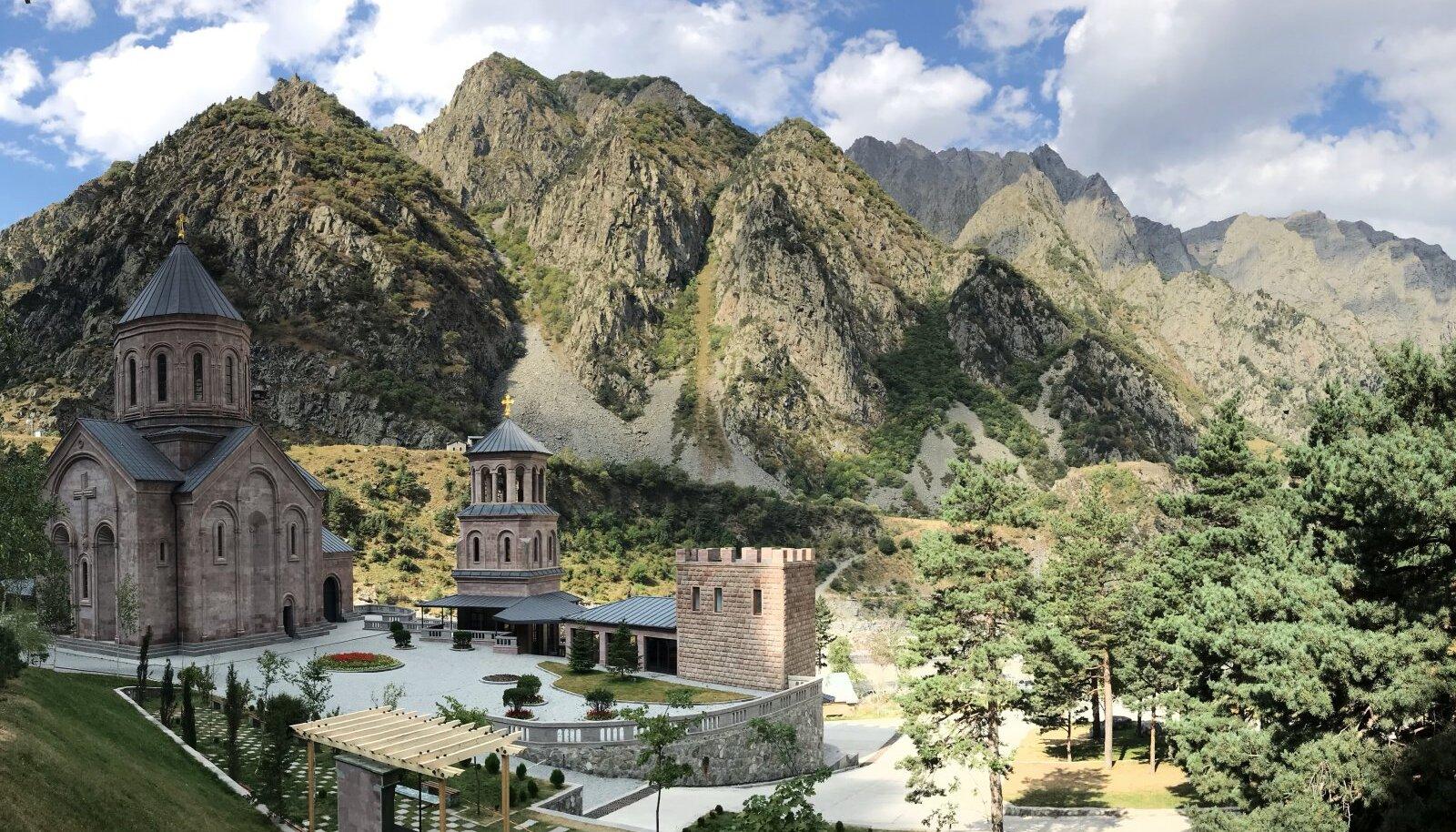 Äsja ehitatud klooster Dariali kuristikus otse Venamaa piiri ääres sedastab – siit algab meie maa.