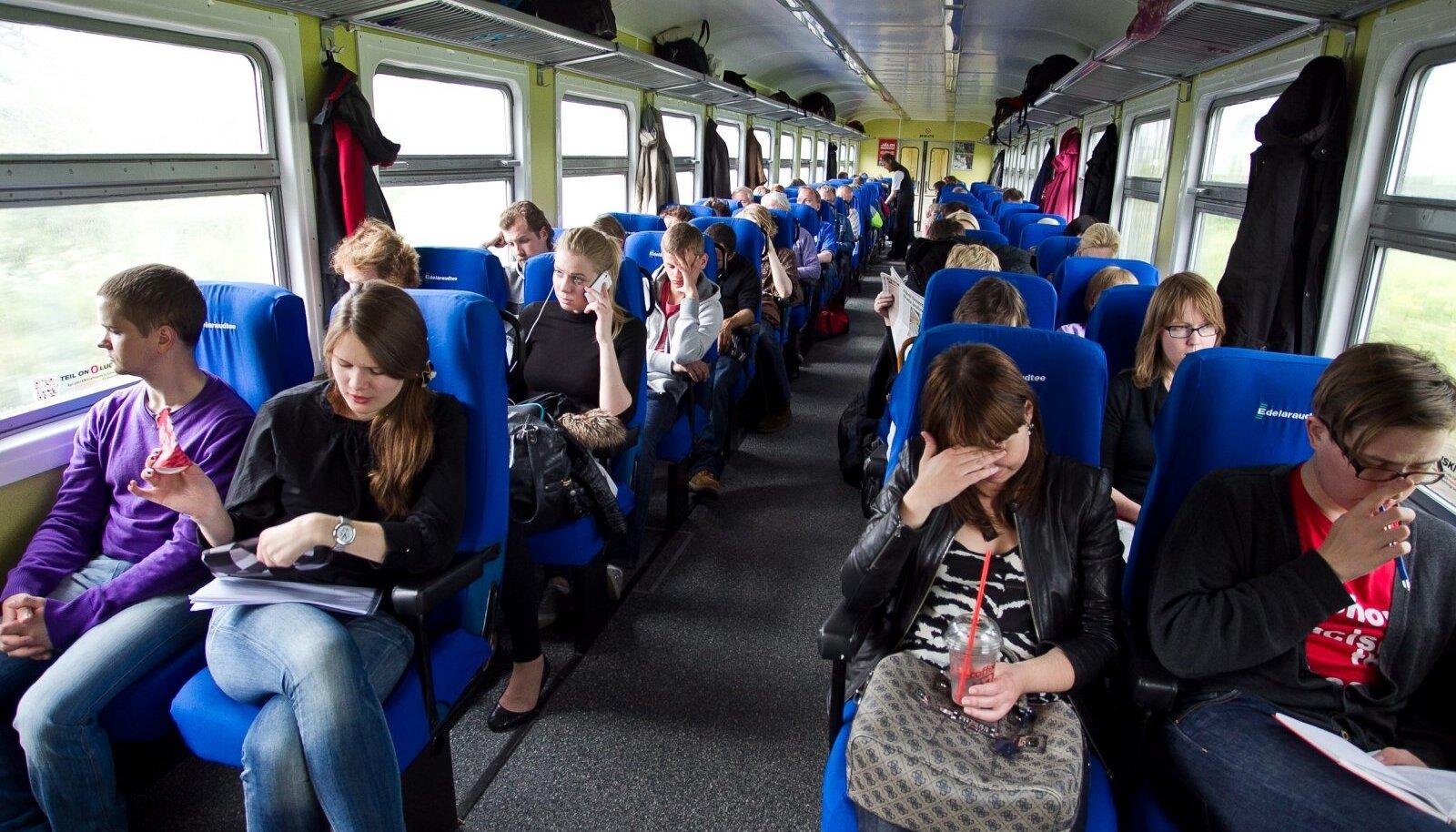 Niipea kui rong New Yorgist Washingtoni liikuma hakkas, tulid inimesed vagunite eri nurkadest keskele kokku, tutvustasid üksteist ja hakkasid elavalt rääkima. Kui tõenäoline oleks see Eestis?