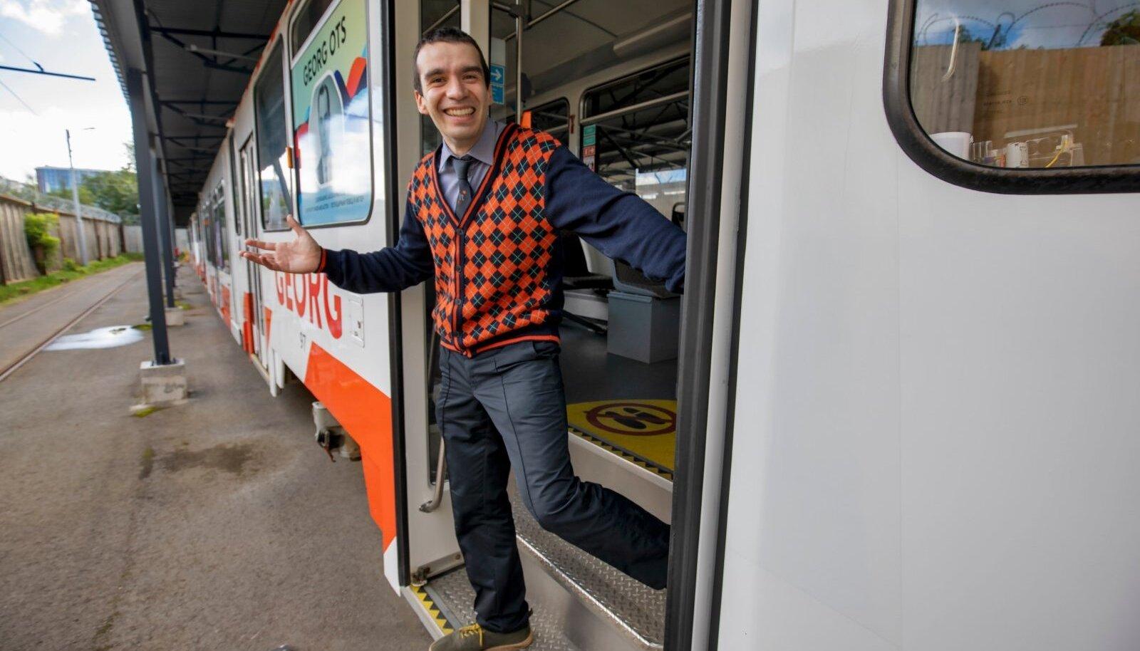 ГЕОРГ ОТС И ПАОЛО ВЕРЧИНИ: Один – в виде изображения на борту трамвая, второй – живьем, стоит в дверях. «Работа у меня хорошая», – утверждает мужчина, который обещает всегда возить пассажиров в хорошем настроении.