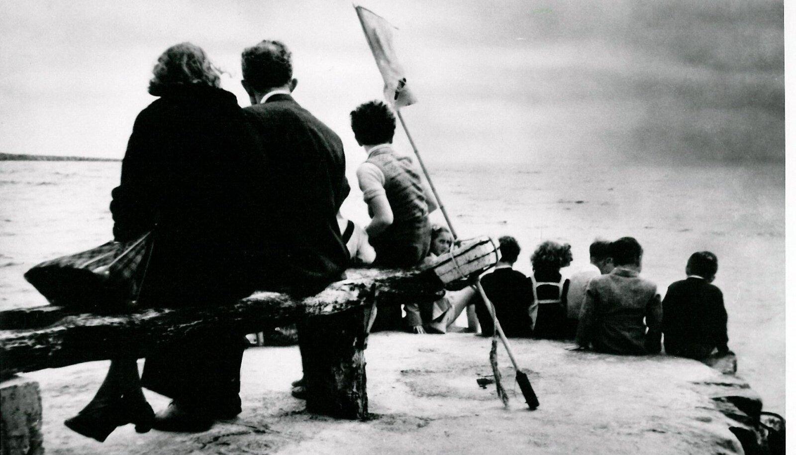 NAGU SAAREMAALGI: Juudi põgenikud väljasaatmise eel Taanis mererannas.