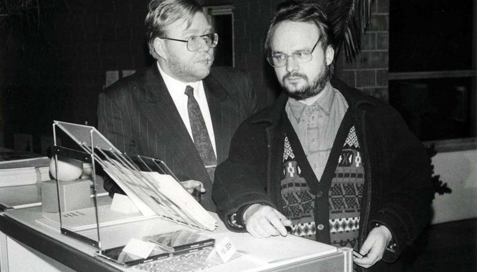 Mõtlikud mehed: Peaminister Mart Laar ja nõunik Tiit Pruuli isamaale kasulikke ideid genereerimas. (Foto: Ain Väli)