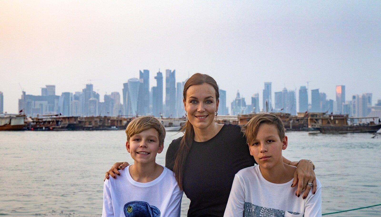 Piret koos Villemi ja Oliveriga Doha Corniche'i rannapromenaadil.