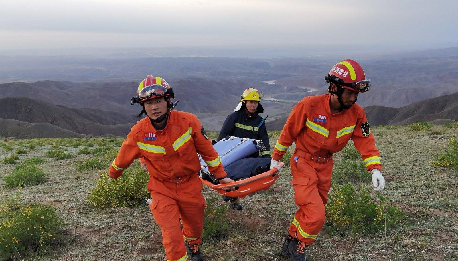 Hiina päästjad otsimas ultrajooksul kadunuks jäänud inimesi.