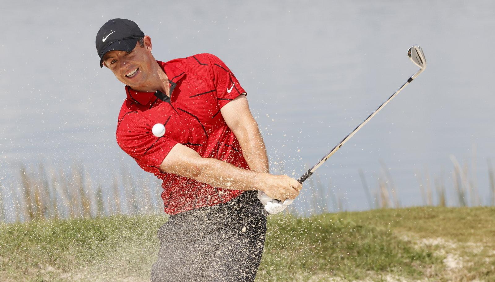 Rory McIlroy kandmas Tiger Woodsile omast punast ja musta riietust.