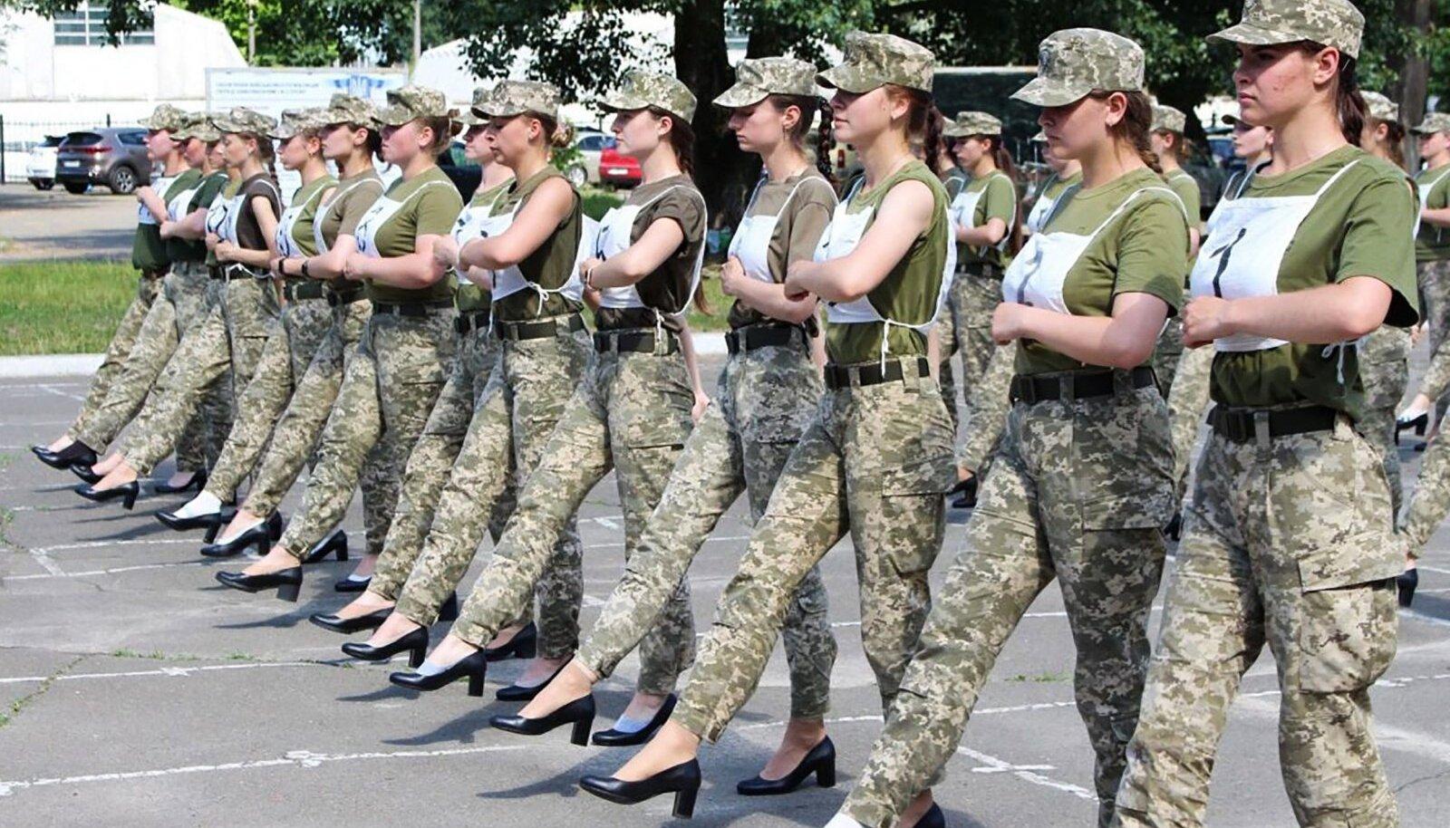 Ukraina kadetid marssimas