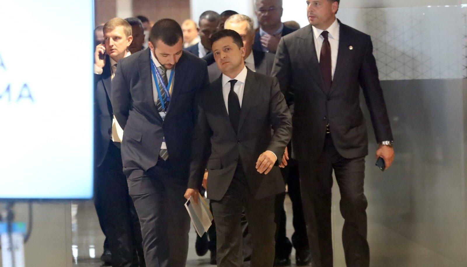 Ukraina president Volodõmõr Zelenskõi (ees) rõhutas üleeile Kiievi tippkohtumisel, et Kiiev üksinda ei suuda kunagi Krimmi tagasi tuua.