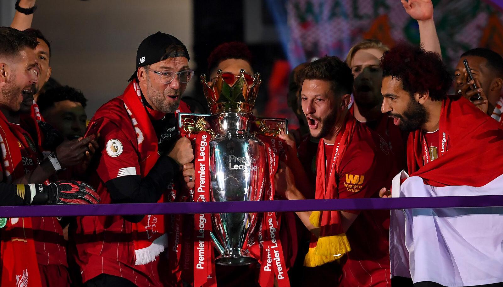 Liverpooli peatreener Jürgen Klopp koos mängijatega karikat pea kohale tõstmas.