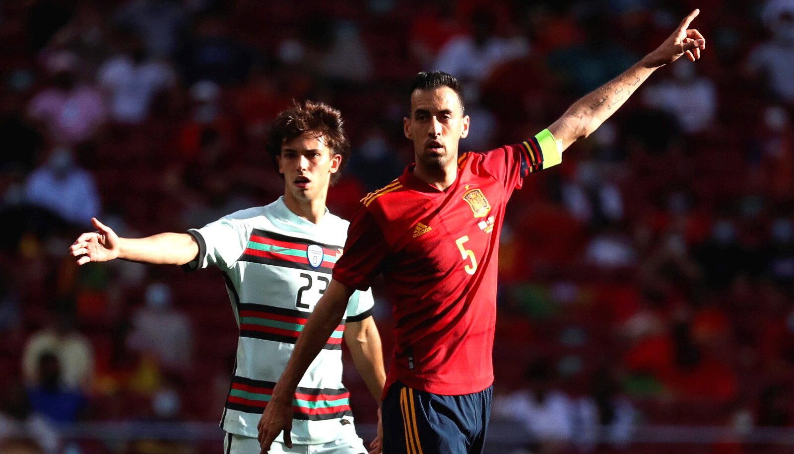Sergio Busquets (#5) ja Joao Felix Hispaania - Portugali sõprusmängus.