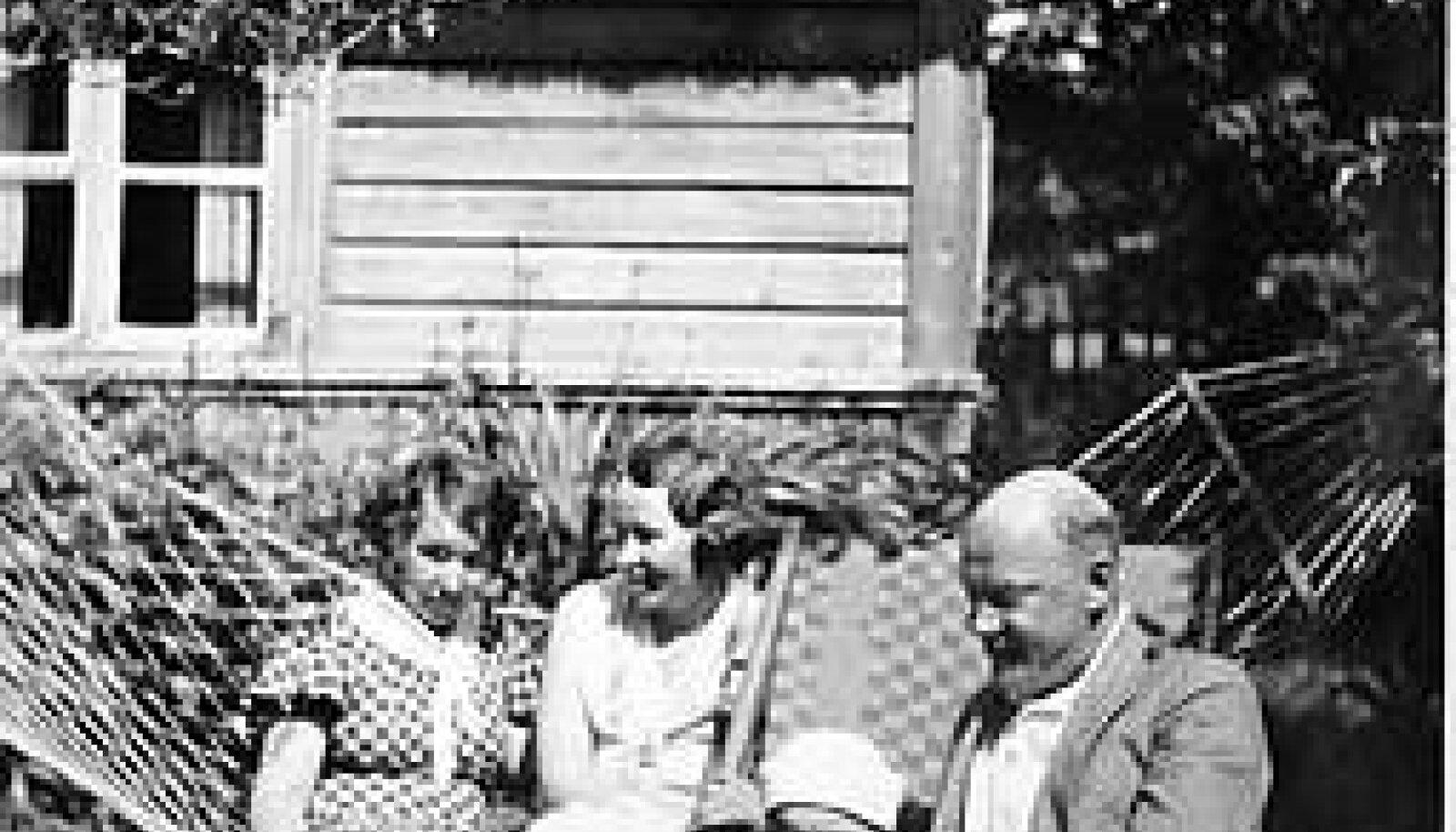 VEEL ÕNNELIK PERE: Abikaasa Alide, poeg Jüri ja Elmar Muuk, keskel pr Tedre. ERAKOGU
