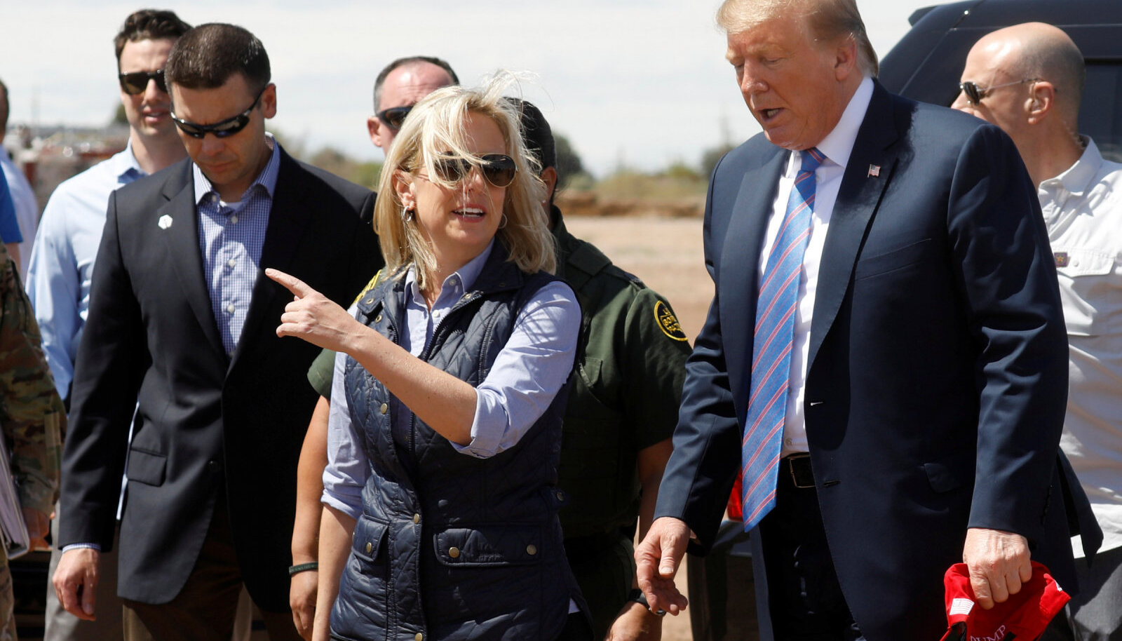 Tulevane endine sisejulgeolekuminister Trumpiga piirialasid külastamas.
