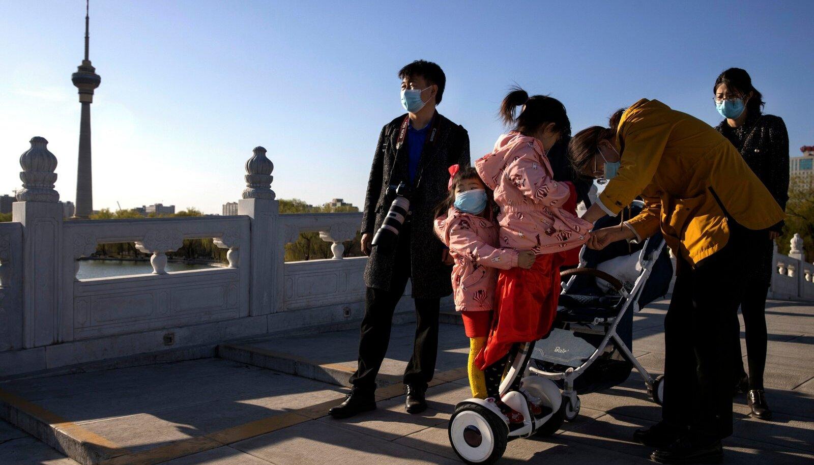 Hiina pered nautisid eile pealinnas Pekingis kaunist päikselist ilma.