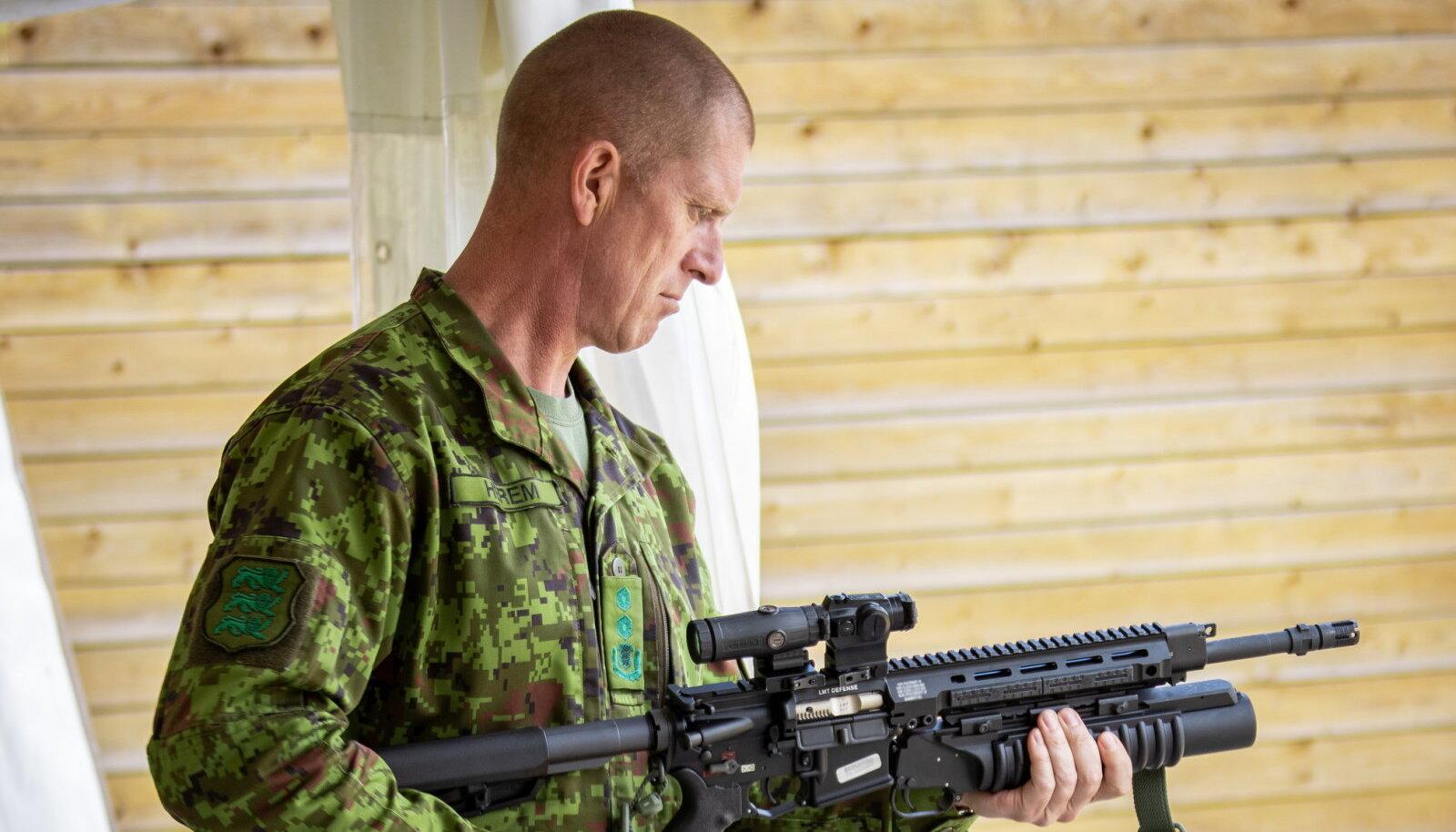 R20 külge kinnitatud M203 kaitseväe juhataja käes. (Foto: Valner Väino, ajakiri Sõdur)