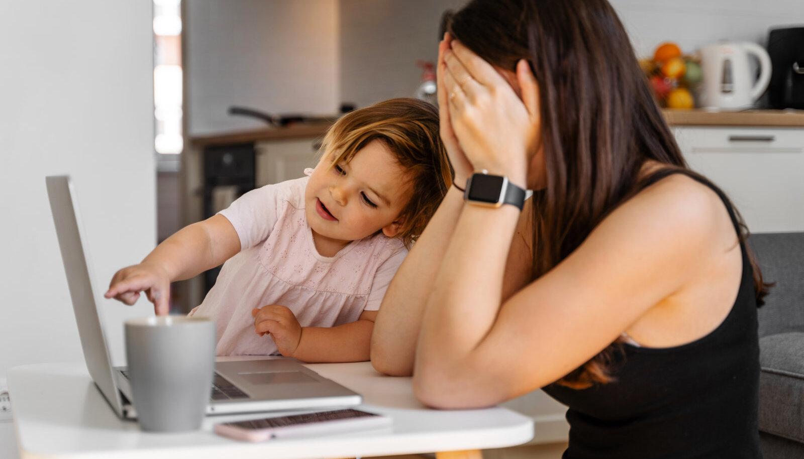 Ema töötab väikelapse kõrvalt