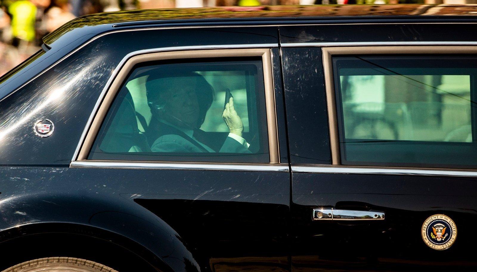 Erinevalt Venemaa presidendi Vladimir Putini sõiduvahendist lubasid Donald Trumpi auto klaasid fotoobjektiivil ka salongi piiluda ja seal istuvat maailma olulisima riigi juhti jäädvustada.
