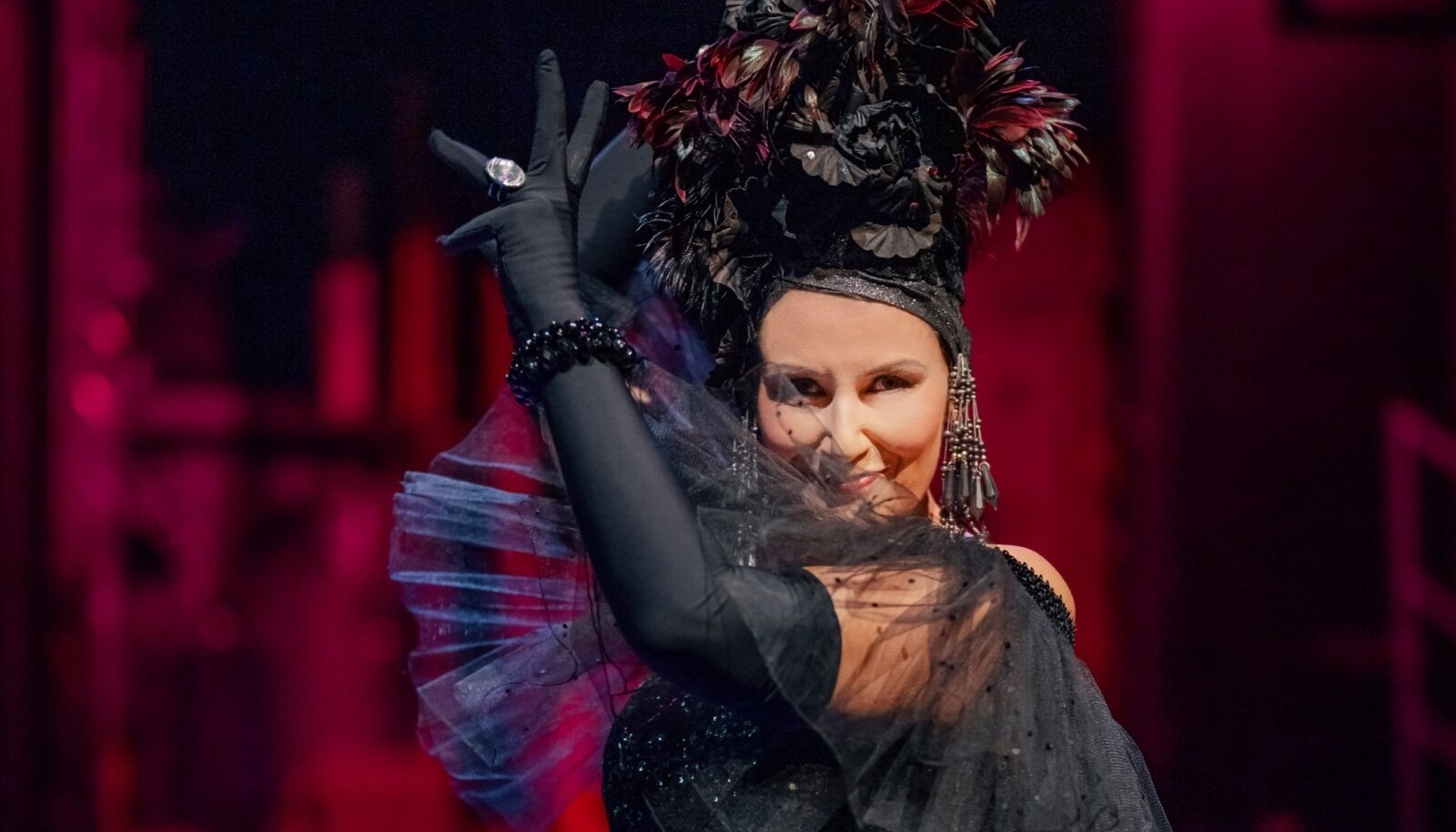 Janne Ševtšenko Hanna Glawaris on haprust ja haavatavust, mis laiendab esituse emotsionaalset tundeskaalat. Ehkki laulja madalam register kohati ei kanna, korvab selle puudujäägi veenev lavaline olek ja sarm.