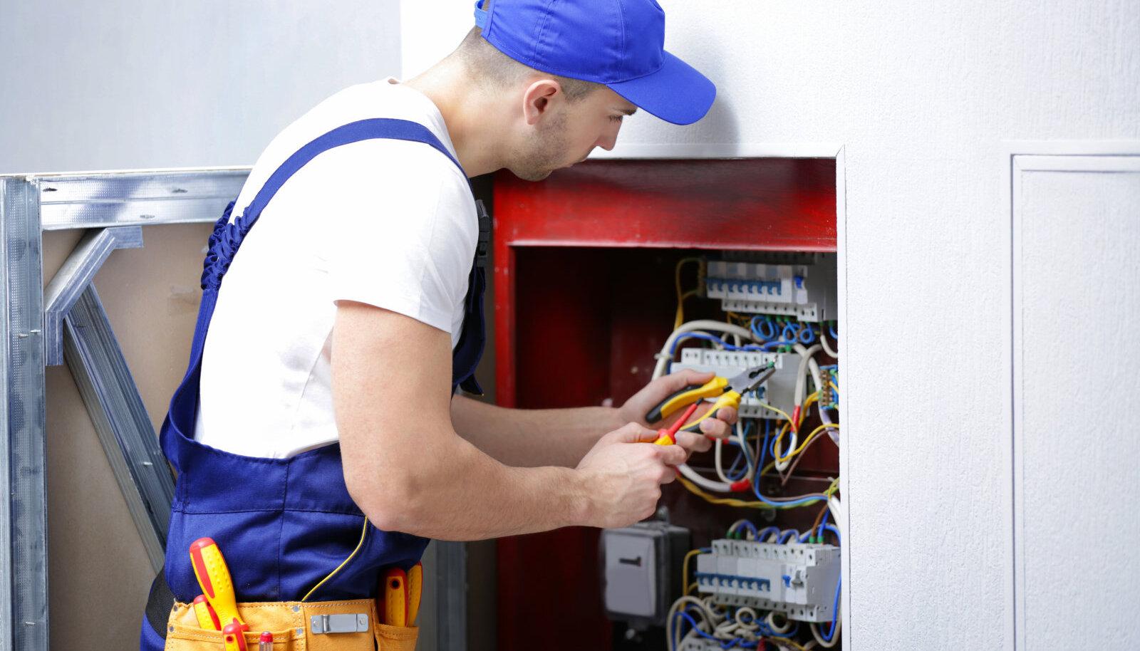 Käidukorraldaja on füüsiline isik, kes omab elektrialast pädevust.