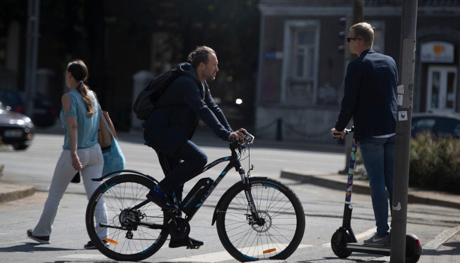 Kui autoga liiklejad rikuksid liikluseeskirja sama palju kui ratturid, siis ma ei tahaks teada, kui palju laipu sellega kaasneks. Uuringuid tõuksilaenutuste ja traumaravi kasvu seostest on juba paljudest linnadest.