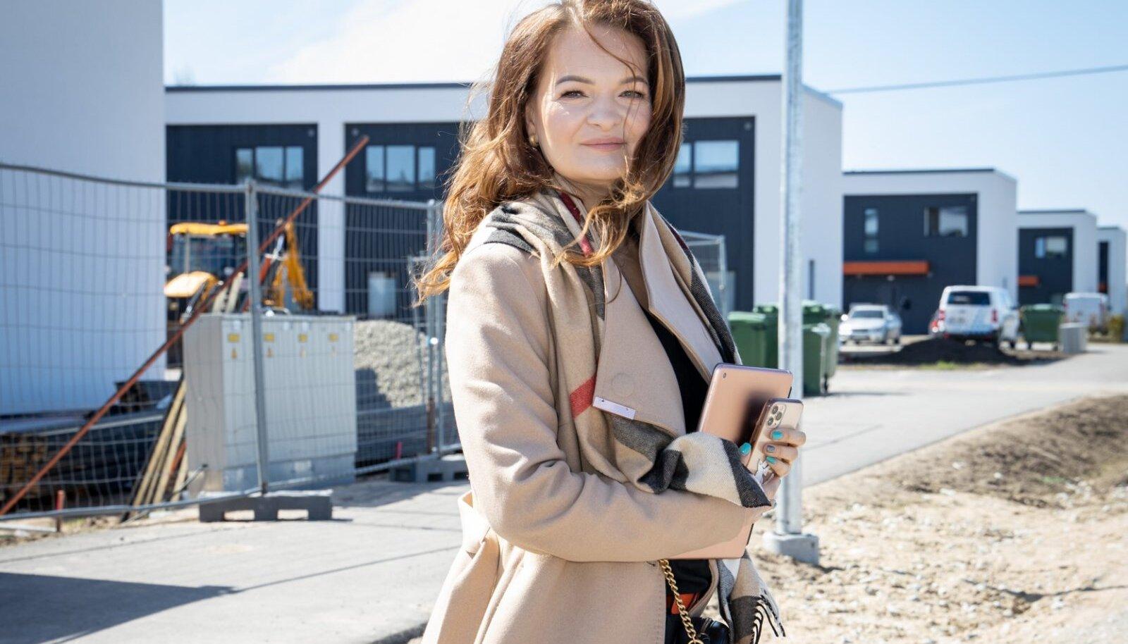 Laane Kinnisvara OÜ juht ja omanik Katrin Lääne, taustaks Väike-Rae tee ridaelamu arendus Rae vallas.