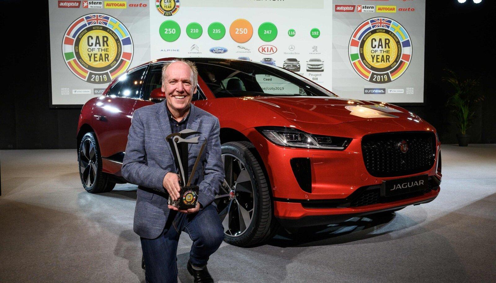 Auhinna vastu võtnud Ian Callum Jaguar I-Pace'iga
