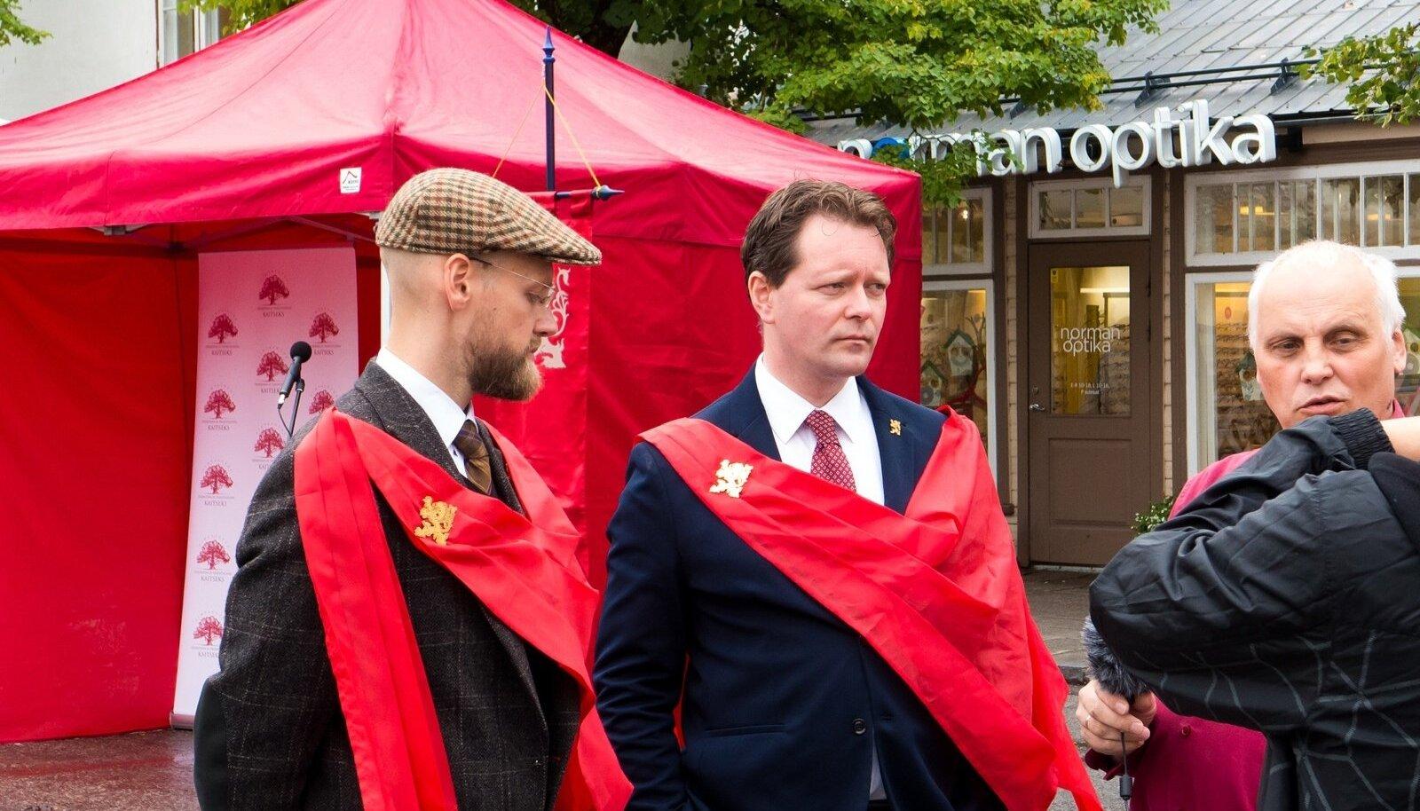 TÖÖL: Varro Vooglaid ja Markus Järvi suvel 2016 Kuressaares kodanikualgatuse õiguse toetuseks allkirju kogumas. Punane värv sümboliseerib TFP liikumist.