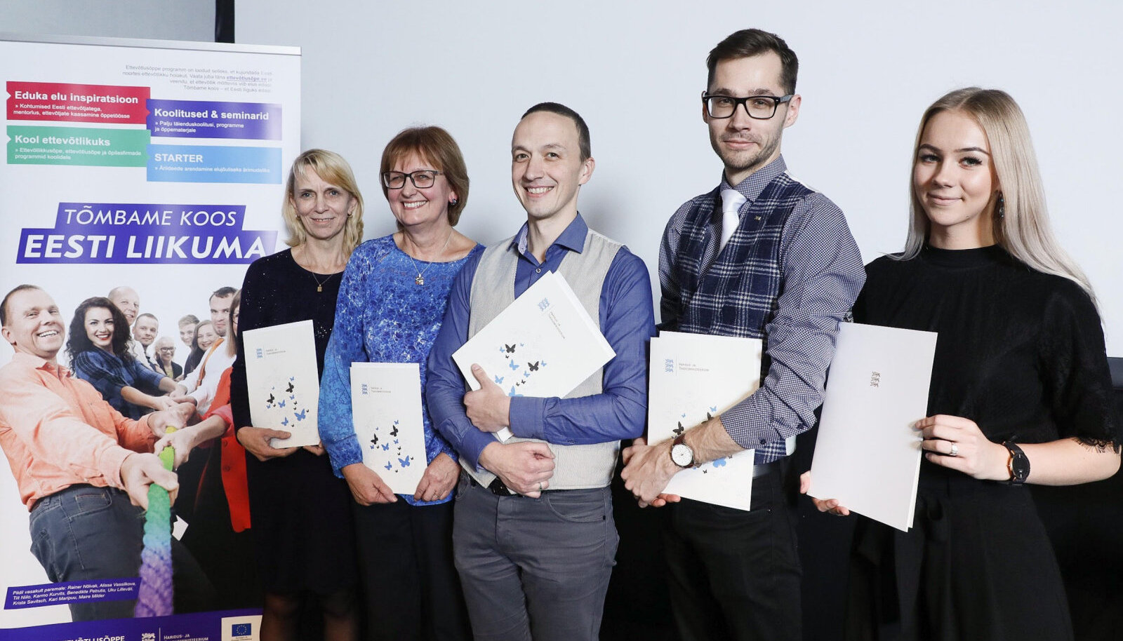 Ettevõtlusõppe programmi aasta tegija Jane Mägi (vasakult) Kuressaare ametikoolist, Elbe Metsatalu, Põlva gümnaasiumi direktor Alo Savi, Ander Hindremäe ja Merilin Priilinn-Türk tänasel tänuüritusel.