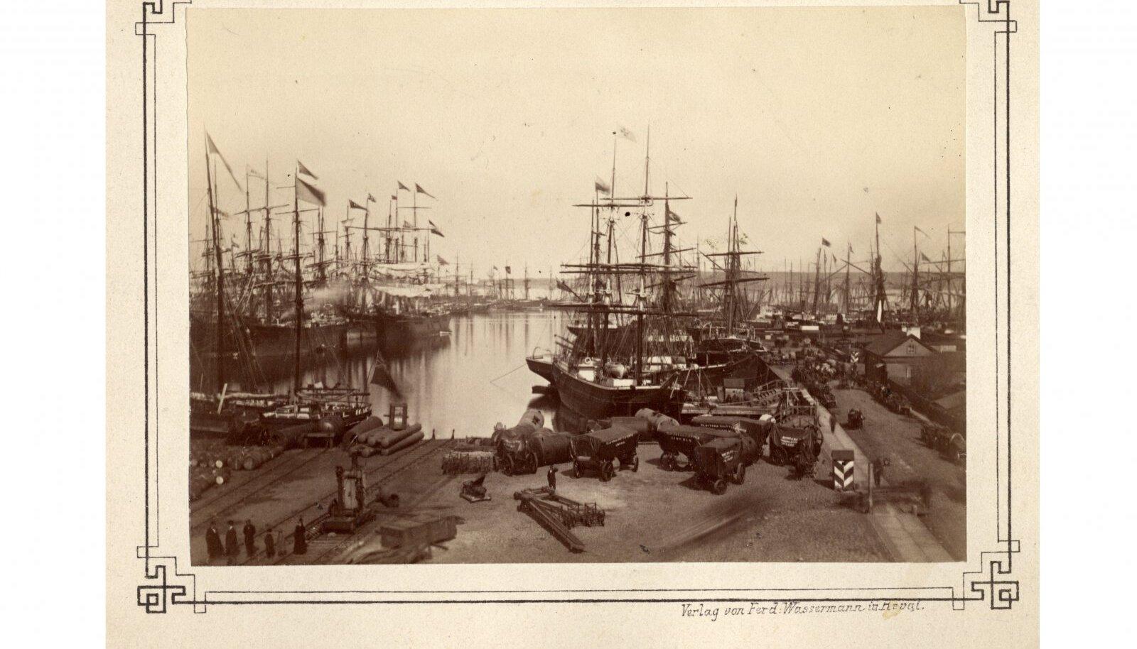 Tallinna sadam aastal 1870. Auvärav, kus põles kaarlamp, paiknes tõenäoliselt kohas, mis jääb pildi all vasakusse nurka.