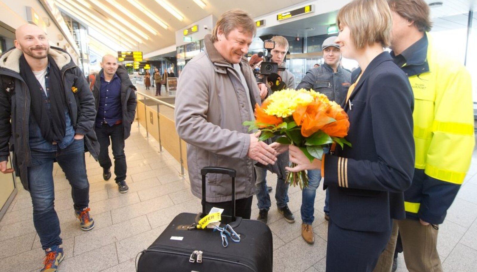 """Tallinna Lennujaama """"inimkäive"""" jõudis tänavu esimest korda kahe miljoni inimeseni. Kahe miljones reisija Aivar Mäe saabus 16. novembril Moskva lennuga ja sai lennujaamalt kingiks diplomi, lilled ja pagasikaalu. Mees oli pärs õnnelik kohe."""