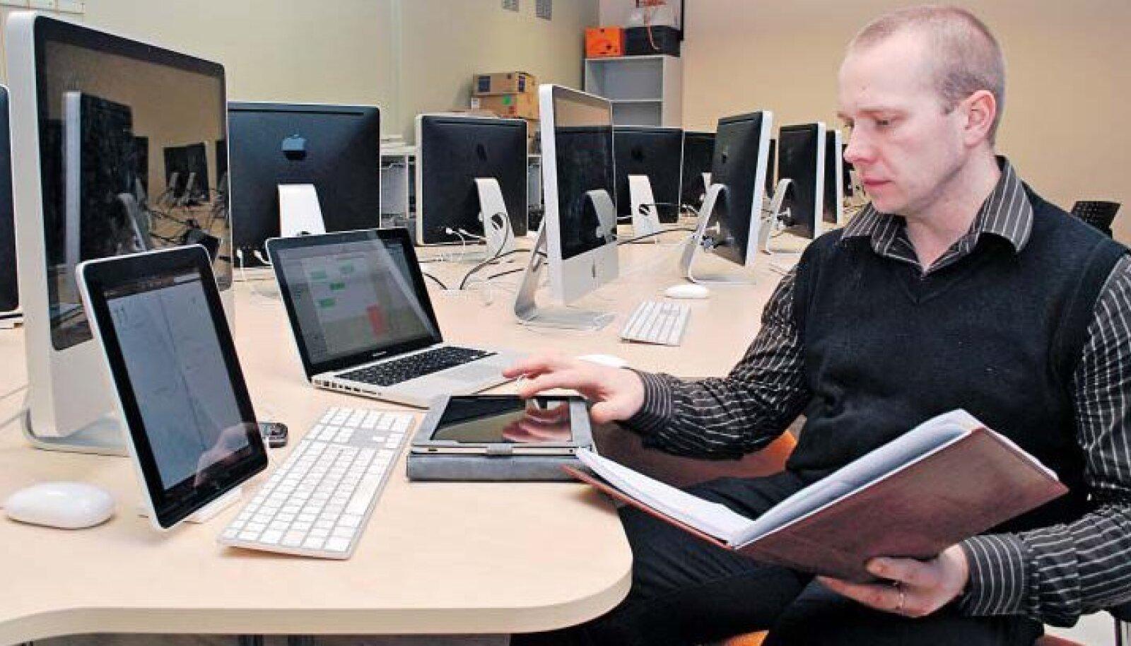 Tartu Erakooli direktor Valdek Rohtma näitab arvutiklassis 18 iPadi, mis aitavad uuele õppekavale üle minna.