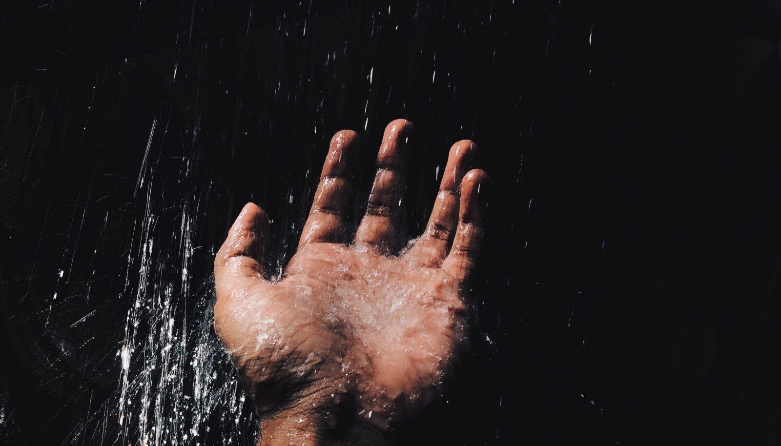 В самом ли деле нам нужно мыться в душе каждый день?