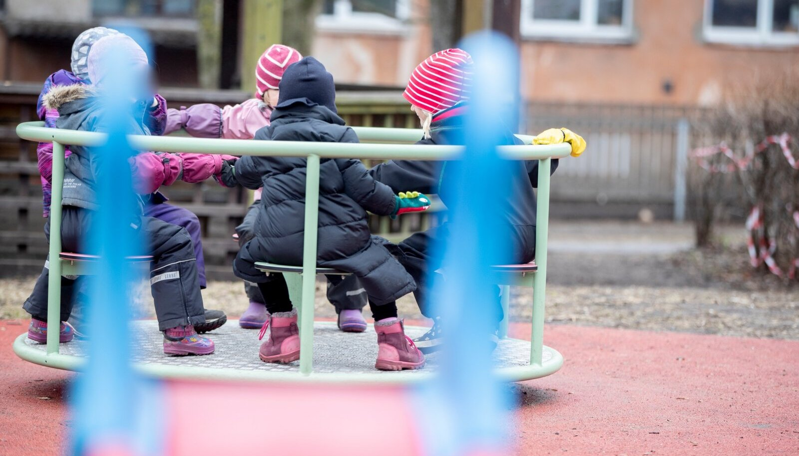 Tallinna Kullatera lasteaias on kohal käinud lapsi, kes on vanemate teadmata koroonapositiivsed. Vahetult pärast seda on nakatunud teisedki lapsed ja töötajad.