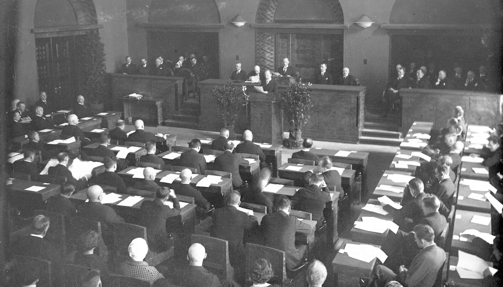 Eesti Vabariigi riigikogu koosolek. Parlamendis oli palju erakondi, mistõttu purunesid valitsuskoalitsioonid päris tihti: 13 aasta jooksul oli võimul 17 valitsust.